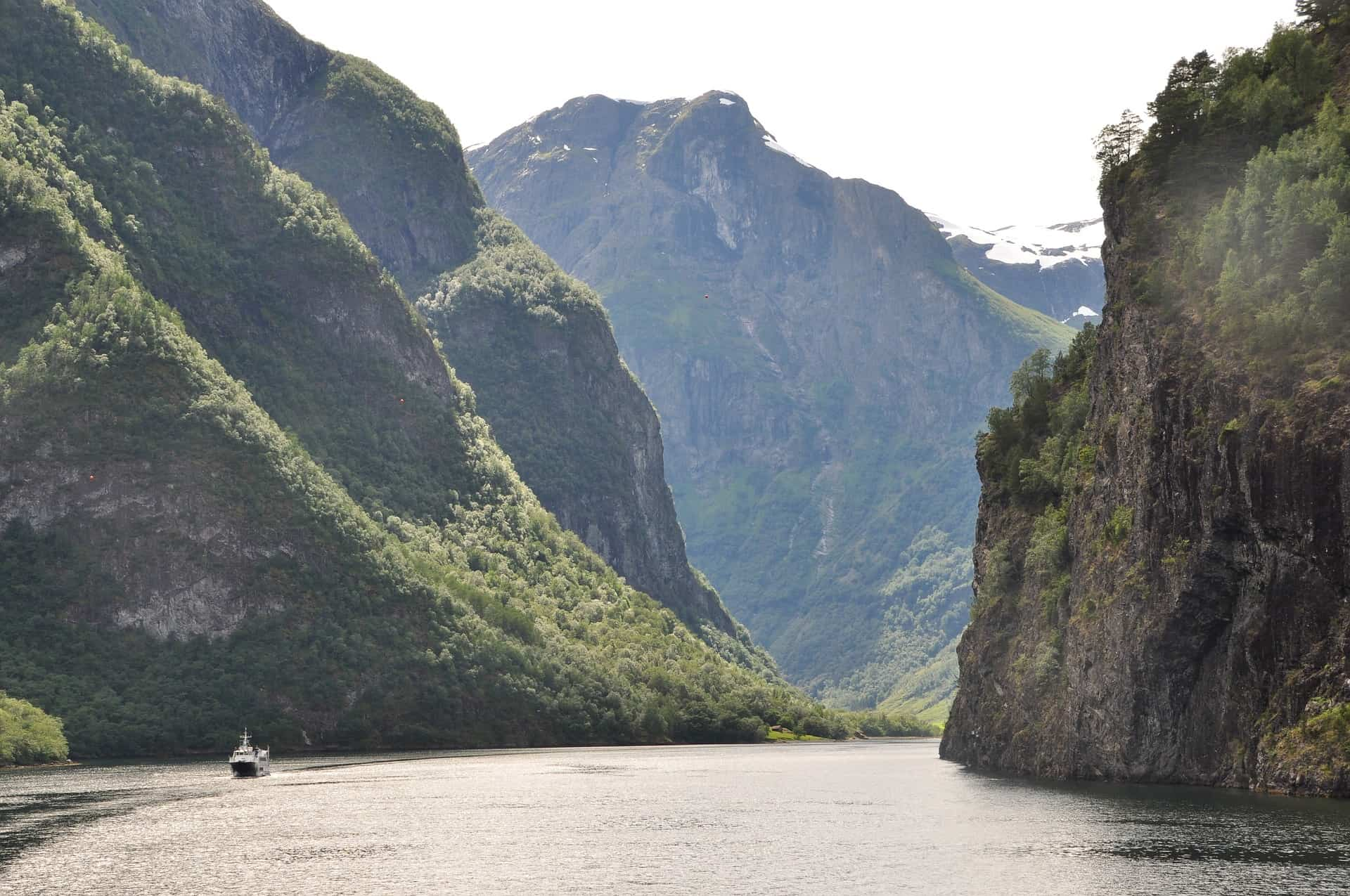 Cliffs that seem to reach into the sky, lush hills and ice-blue water in which rock walls reflect: this is the world-famous Naeroyfjord.