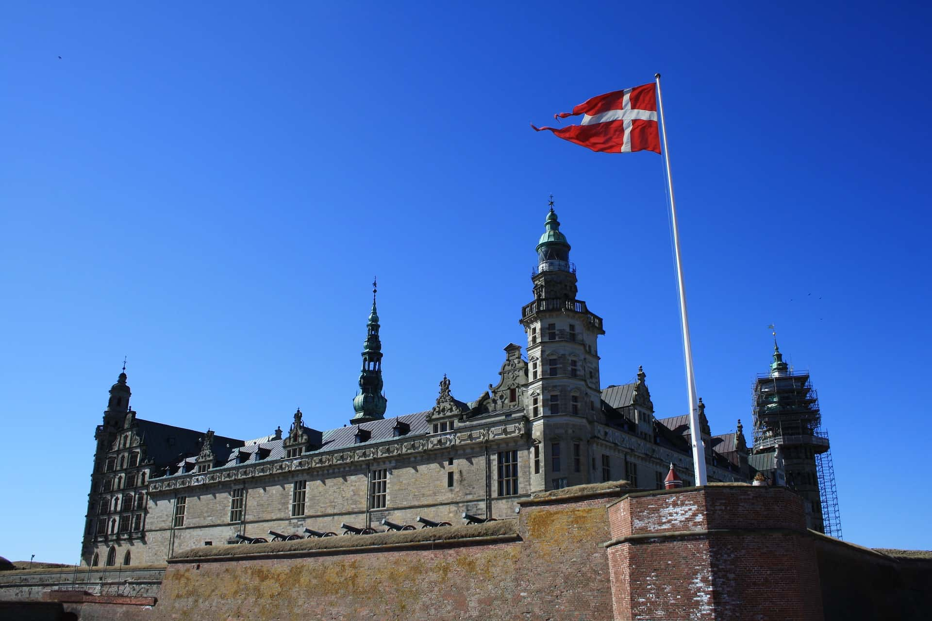 Kronborg Slot is the most famous castle in Denmark. Thanks to Shakespeare, who used it as the location of his Hamlet, everyone knows this stately castle.