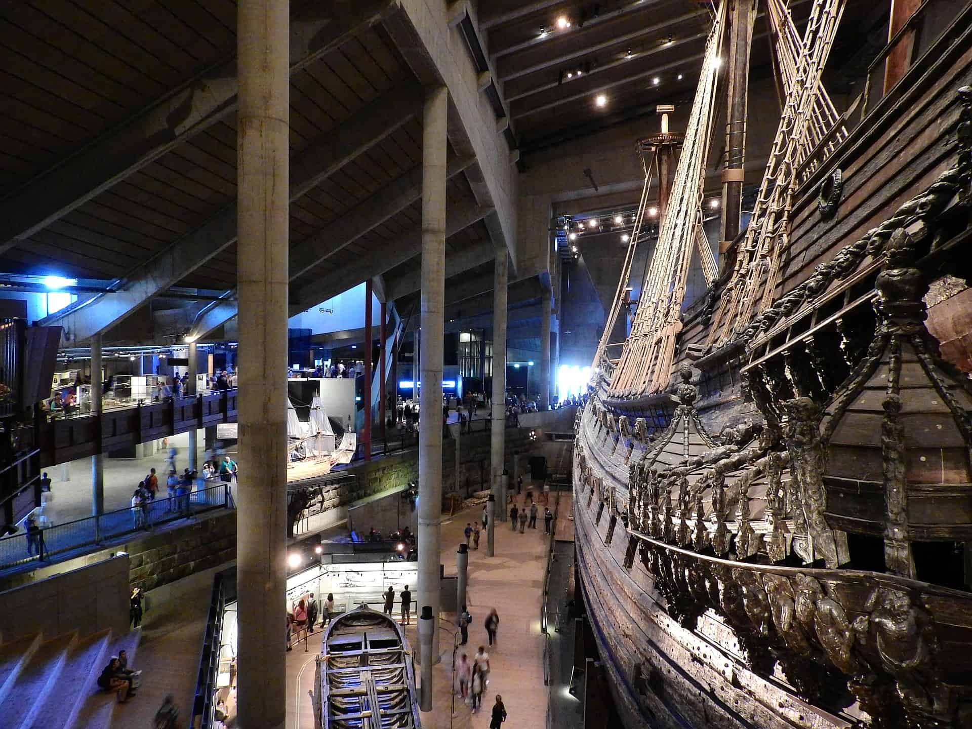 In addition to the ship itself, 14,000 loose wooden objects were recovered, including 700 wooden statues. These are subsequently preserved separately and placed back in their original location on the ship.
