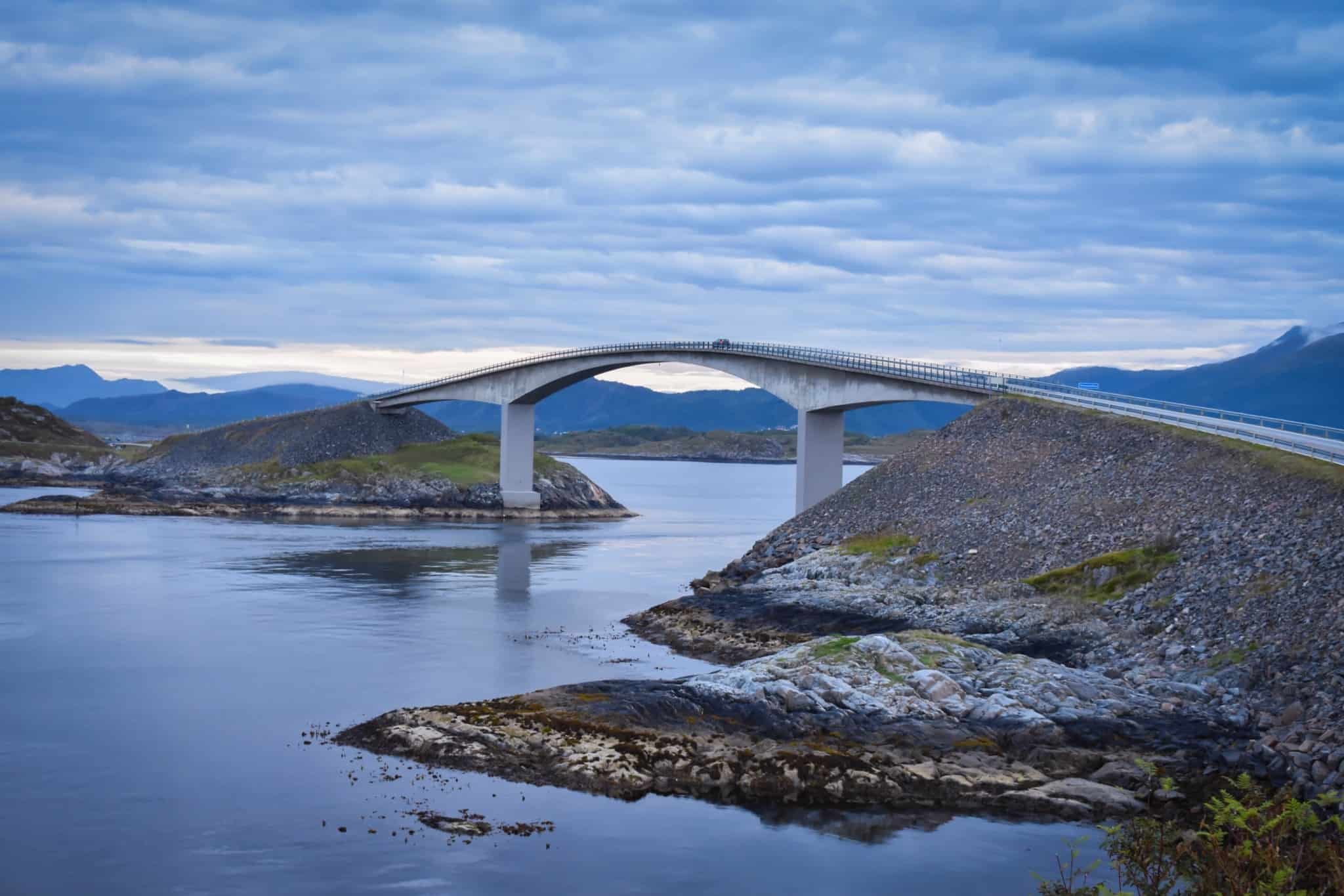 Sharp bends and wild landscapes make the Atlantic road, Atlantic road, or Atlanterhavsveien in Norwegian, one of Norway's most visited tourist attractions.