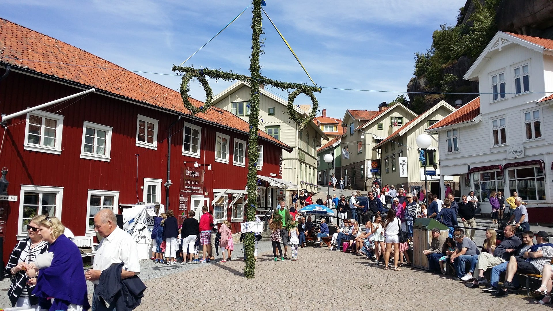 The view of the old part of the fishing village is characterized by the colorful wooden houses, the noise of the lively harbor and the 74 meter high, impressive and steep mountain Vetteberget.
