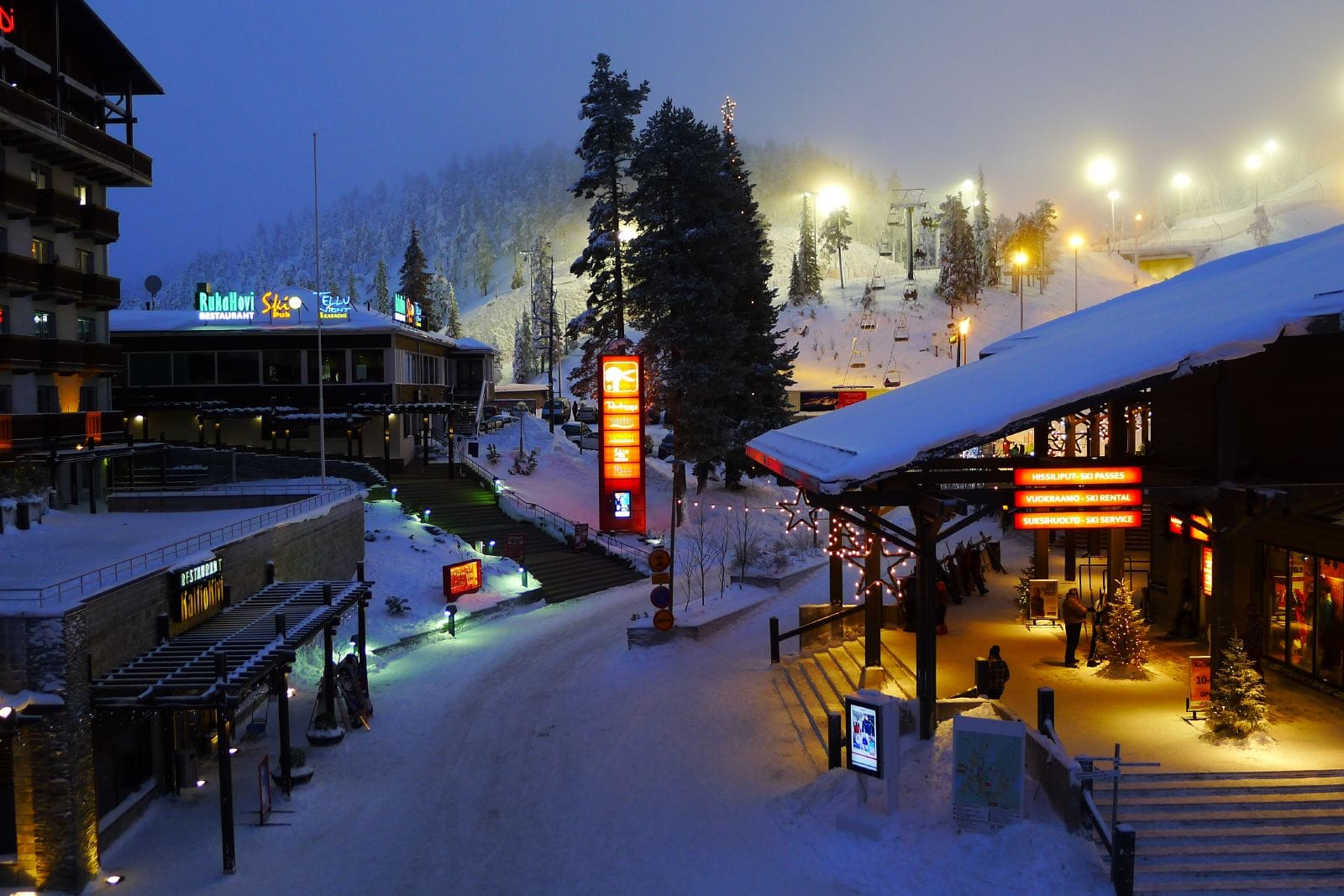 All this in the lively, car-free winter sports resort of Ruka. There are a number of good après-ski bars, night clubs and culinary restaurants with Finnish and international specialties.